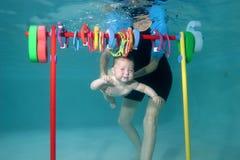 学会的小女孩游泳 免版税库存照片
