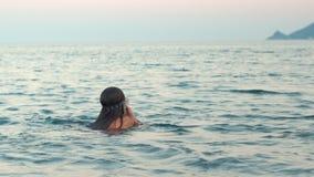 学会的少女游泳在水下 潜水水的面具的孩子在水面下 股票视频