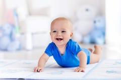 学会的男婴使用和爬行 库存照片
