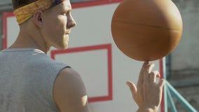 学会的运动员做不同的把戏和秘密装置与球,自由式 股票录像
