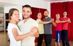 学会美好的夫妇跳舞 免版税库存照片