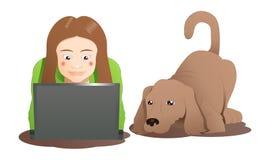 学会膝上型计算机的一条棕色狗和妇女 免版税库存图片