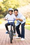 学会自行车的印地安男孩 免版税库存照片
