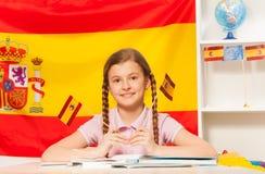 学会西班牙语的逗人喜爱的女小学生在教室 免版税库存照片