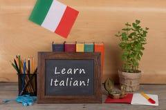 """学会语言概念-有文本的""""黑板;学会意大利语!"""";意大利的旗子,书,大臣官邸 库存照片"""