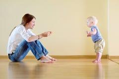 学会逗人喜爱的女婴走 免版税库存图片