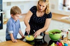 学会逗人喜爱的孩子成为厨师 库存照片