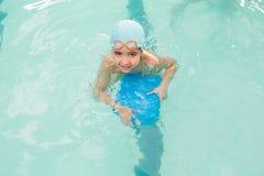 学会逗人喜爱的小男孩游泳 库存图片