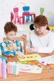 学会通过乐趣在一个五颜六色的儿童治疗师办公室 图库摄影