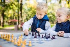 学会题目的孩子,逻辑发展、头脑和算术,算错移动前进 大家庭兄弟和姐妹 库存图片
