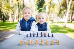学会题目的孩子,逻辑发展、头脑和算术,算错移动前进 大家庭兄弟和姐妹 免版税库存图片