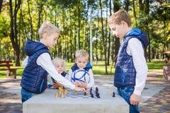 学会题目的孩子,逻辑发展、头脑和算术,算错移动前进 大家庭兄弟和姐妹 库存照片