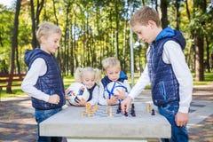 学会题目的孩子,逻辑发展、头脑和算术,算错移动前进 大家庭兄弟和姐妹 免版税库存照片