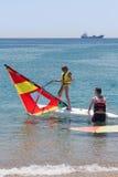 学会风帆冲浪的小女孩 免版税库存照片