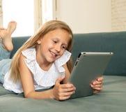 学会,使用和冲浪在互联网机智的愉快的逗人喜爱的孩子 图库摄影