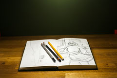 学会画与铅笔和图画的写生簿 免版税库存图片