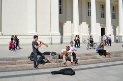 学员作用管道吉他。 街道音乐日 库存图片