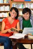学员在图书馆是一个了解的组 免版税图库摄影