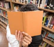 学员在图书馆里 免版税库存照片