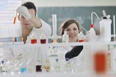 学员在实验室耦合 免版税库存图片
