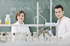 学员在实验室耦合 库存图片