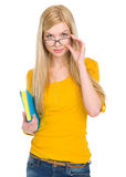 学员女孩纵向玻璃的与书 免版税库存照片
