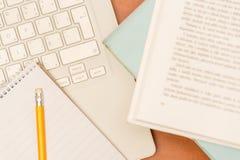 学员的服务台膝上型计算机、笔和记事本 免版税库存照片