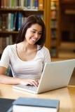 学员的纵向与膝上型计算机一起使用 图库摄影