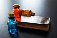 医学和古董书的葡萄酒玻璃 库存照片