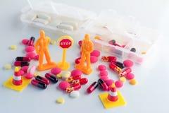 医学在白色背景的药量箱子 图库摄影