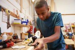 学徒飞行的木头在木匠业车间 免版税库存图片
