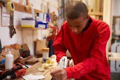 学徒飞行的木头在木匠业车间 库存照片