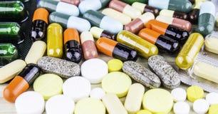 医学或胶囊 治疗疗程的药物处方 配药药剂,在容器的治疗健康的 Pharmac 库存照片