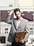 学术样式和企业概念 有公文包的人在白色背景 严肃的老师或工作者与 图库摄影