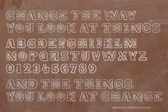 学校、减速火箭的样式字母表信件和数字在黑板纹理 免版税库存照片