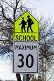 学校与最大速度极限的区域标志 免版税图库摄影