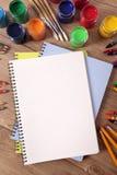 学校与空白的文字的艺术供应在书桌,拷贝空间上预定,垂直 免版税库存图片