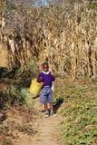 从学校到非洲孩子,坦桑尼亚,非洲76的回归 免版税库存图片