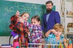 学校化学实验室 r 教育概念 在化学班的学生 愉快的儿童老师 免版税库存照片