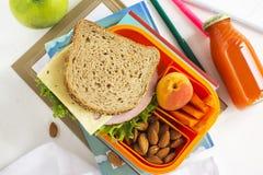 学校午餐箱子用三明治、果子和坚果 免版税库存图片