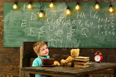 学校午餐 小孩有学校午餐 男孩享受学校午餐 儿童健康的学校午餐 吃您的字 免版税库存照片