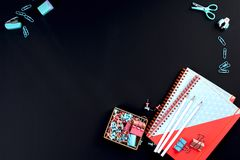 学校和办公室的办公用品 黑色背景 复制空间 免版税图库摄影