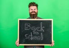学校和学习概念 教的职业要求天分和经验 老师欢迎学生,当举行时 库存照片