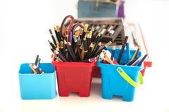 学校在桌上的文具供应 儿童工作场所acce 图库摄影