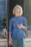 学校女孩使用与金锭床工人 一个普遍的玩具 图库摄影
