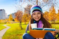 学校女孩用咖啡和课本 库存图片