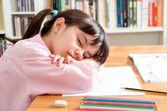 学校女孩睡觉 免版税图库摄影