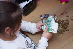 学校女孩计数金钱 库存图片