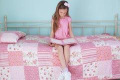 学校女孩读书 免版税库存照片