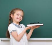 学校女孩读了书,摆在校务委员会,空的空间,教育概念 免版税库存图片
